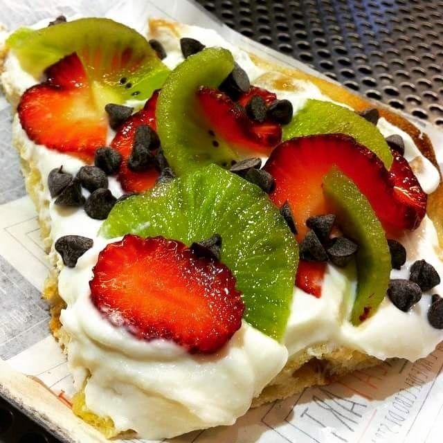 Pizza dolce: mascarpone e ricotta, kiwi e fragole fresche, gocce di cioccolato fondente!