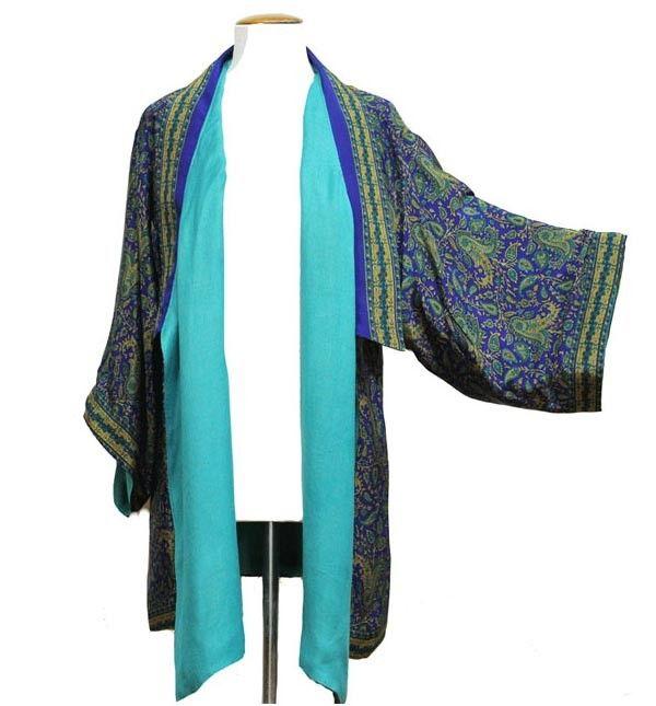 Kimono corto de seda color azul, con print vegetal, y viscosa en color azul. Reversible y con manga larga y cierre con lazo.