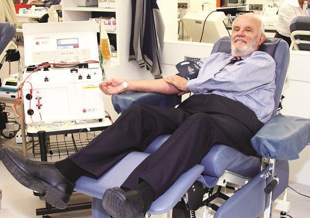 A los 14 años, el australiano James Harrison fue sometido a una cirugía en el pecho, que requirió la transfusión de 13 litros de sangre. Como agradecimiento, resolvió donar sangre tan pronto cumpliera 18, la edad mínima legal. Una vez que comenzó, en 1954, se descubrió que el plasma de su sangre poseía anticuerpos inusualmente potentes y persistentes contra el antígeno D del factor Rh. Tras más de 1.100 donaciones, la sangre de Harrison ha ayudado a salvar un estimado de 2,4 millones de…