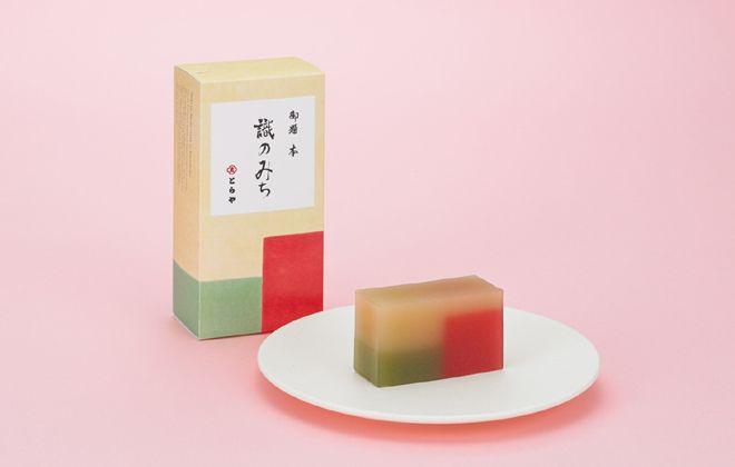和菓子の老舗「とらや」に、年末年始の手土産にもぴったりの、この時季ならではのハーフサイズの限定羊羹2種(各1,944円、税込)が登場した。