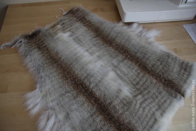 Жилеты из меха давно в моде, вот и мы попробуем приобщиться к любителям меха при помощи не сложной техники. Для изготовления жилета нам потребуется: - шкурки меха (у меня была степная лиса 2 шт.…