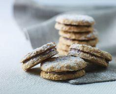 Nougatsmåkager. De sprøde småkager lægges sammen to og to med nougatfyld. Opbevar nougatsmåkagerne i en lufttæt beholder med låg. - Foto: Lars Ranek