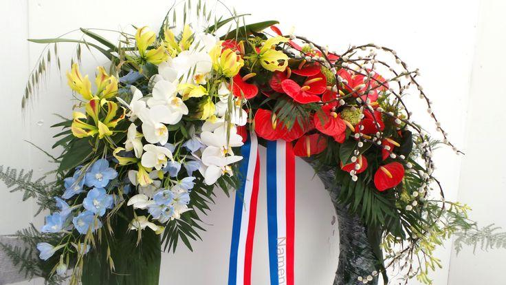 Modern gegroepeerde rood, wit, blauwe krans voor herdenkingsdag op 4 mei.   Krans dodenherdenking, 4 mei, herdenkingsdag, dodenherdenkingsdag, bevrijdingsdag, nationtionaal, Nederland, krans, rouwkrans, herdenkingskrans, modern gemengde krans, rood wit blauw, nederlandse vlag. Made by Greenhouse