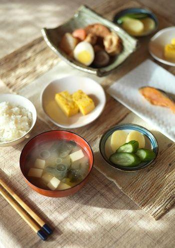 ごはんやパンなどの「主菜」を中心に、お味噌汁やスープなどの「汁もの」、肉・魚・大豆などを使ったメインになるおかず「主菜」と野菜を使った「副菜」「副々菜」を揃えてあげるとバランスのよい食事が出来上がります。