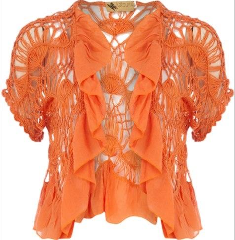 polera en horquilla color naranja con vuelos frontales y abierta en el centro,
