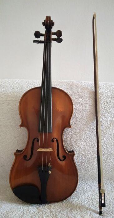 """Antieke viool '' Antonius Stradivarius Cremonenfis - Faciebat Anno 1721'' - met strik  Antieke viool geëtiketteerd '' """"Faciebat"""" van Antonius Stradivarius Cremonensis Anno 1719'' maakte in 1910 door het Deens violist gitaarbouwer Soren P. Sorensen. Houten lichaam geen scheuren mooie vorm en warme houten Toon compleet met boog. In goede staat van bewaring met enkele kleine tekenen van slijtage. Gelieve zorgvuldig kijken naar de foto's.  EUR 1.00  Meer informatie"""