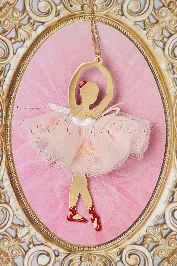 """""""En pointe, relevés, échappés en pas de chat"""" met deze50s Le Bal Des Débutantes Ballet Necklace om je hals!  Deze collectie wordt opgedragen aan alle dames die er van hebben gedroomd om ooit op het toneel te staan! De lange ketting is 14K goud verguld en heeft een goudkleurige metalen hanger voorzien van rode emaille details. Niets zo elegant als een prima ballerina dus deze prachtige dame in roze tutu zal niet alleen je outfit verfraaien maar ook nog eens je..."""