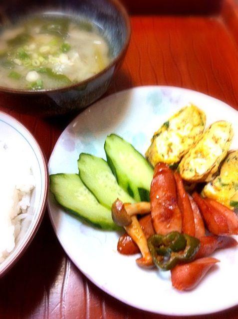 月曜の朝はみんな疲れ気味空もどんより曇り空 - 2件のもぐもぐ - ウインナーのケチャップソテー・ニラ入り卵焼き・お味噌汁(じゃが芋 玉葱 青梗菜) by chloe2