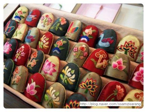 Korean silk thimbles with tiny embroidered motifs. Korean embroidery. 쌈지사랑 규방공예 연구소 :: [흉배와 배갯모] 전통자수 전시회(3월13일~4월1일,운현궁 기획전시실)
