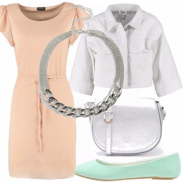 Vestito molto semplice sui toni del rosa, giubbino jeans di colore bianco da portare aperto, borsa argentata a tracolla, collana a catena e ballerine di vernice verde acqua. Ecco un modo molto elegante e chic per portare la classica ballerina.