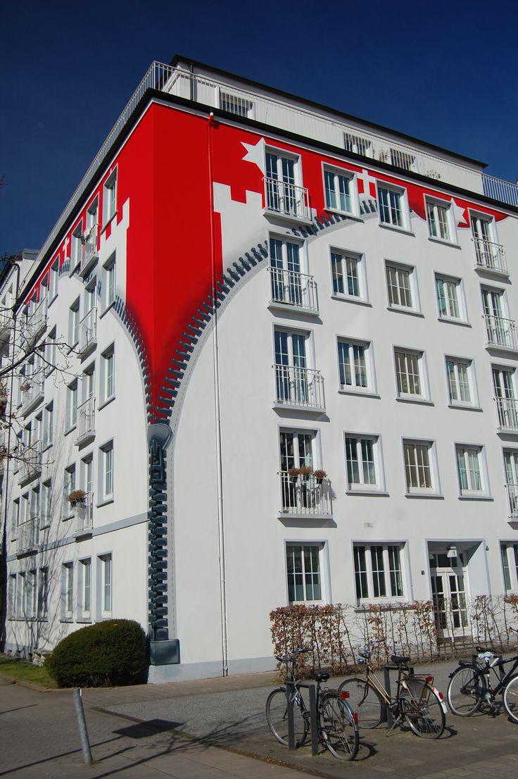 HAMBURG - gesehen in St.Georg - Wohnhaus mit Reißverschluss wo das Hamburger Wappen zum Vorschein kommt.