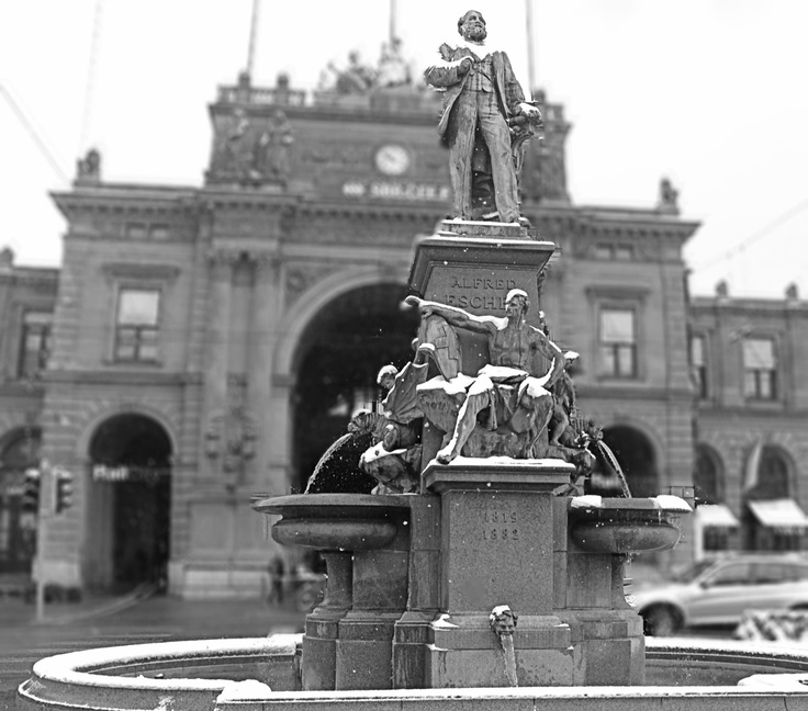 Alfred Escher (* 20. Februar 1819 in Zürich; † 6. Dezember 1882 in Zürich/Enge) war ein Schweizer Politiker, Wirtschaftsführer und Eisenbahnpionier. Durch seine zahlreichen politischen Ämter und seine Gründungs- und Führungstätigkeit bei der Schweizerischen Nordostbahn, dem Eidgenössischen Polytechnikum, der Schweizerischen Kreditanstalt sowie der Gotthardbahn nahm Escher wie kein anderer Einfluss auf die politische und wirtschaftliche Entwicklung der Schweiz im 19. Jahrhundert. Foto von…