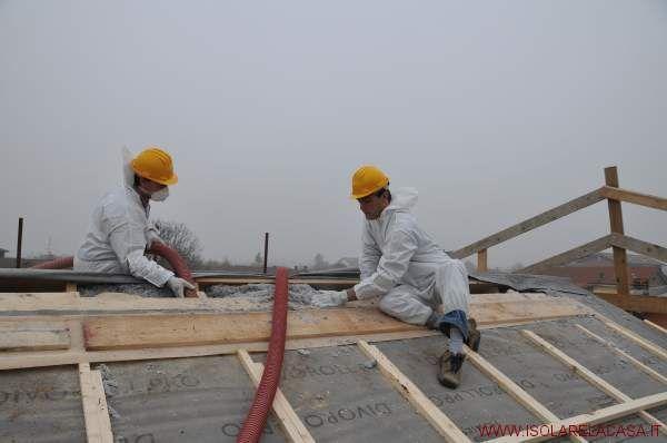 ISOLAMENTO TETTI Oltre il 30% della dispersione termica di un edificio avviene attraverso il tetto. L'isolamento del tetto è comunque consigliabile farlo nel caso di sottotetto abitabile. Nel caso di sottotetto non abitabile o utilizzato come deposito il consiglio è quello di procedere con l'isolamento del sottotetto.