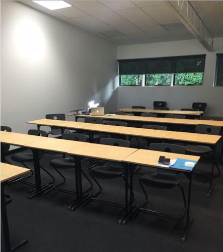 Il y a dix-neuf des bureaux et des chaises. Sur un bureau, il y a un ordinateur portable et des livres, sur l'autre bureau, il y a une gomme de tableau blanc et un livre. L'année dernière, cette chambre était ma salle de classe de la santé. J'ai aimé cette salle de classe, parce qu'il y a beaucoup de lumière naturelle.