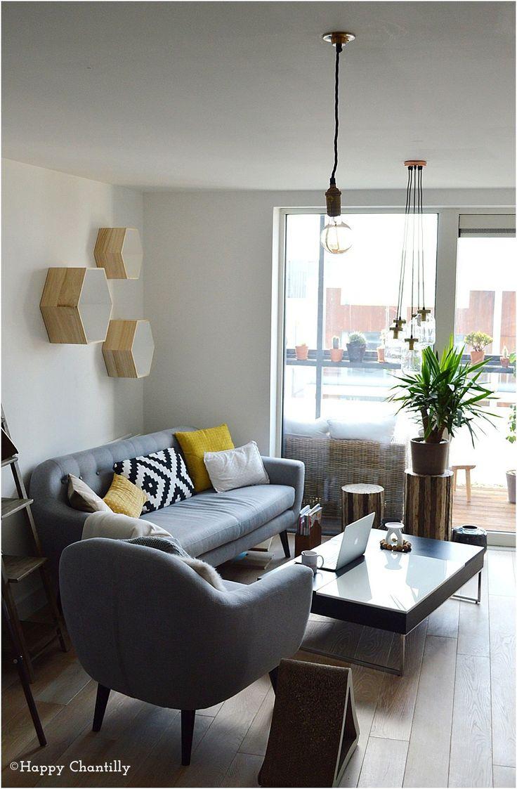 Aujourd'hui je partage avec vous quelques photos de notre salon minimaliste.  Après vous avoir montré des photos de mon studio d'illustratrice il y a quelques semaines, je vous propose aujourd'hui de voir quelques photos de notre salon.  ◊ Notre salon minimaliste: style & inspirations  ♥ Nous voulions rester dans le style que …