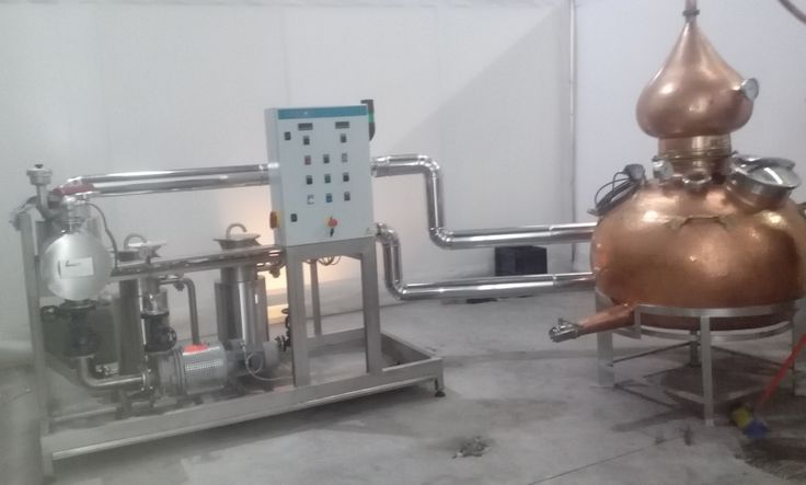 Copper pot still connected to hogaboiler27, electrically operated fluid heater.  Flow: 5m3/h to 1,1m3/h