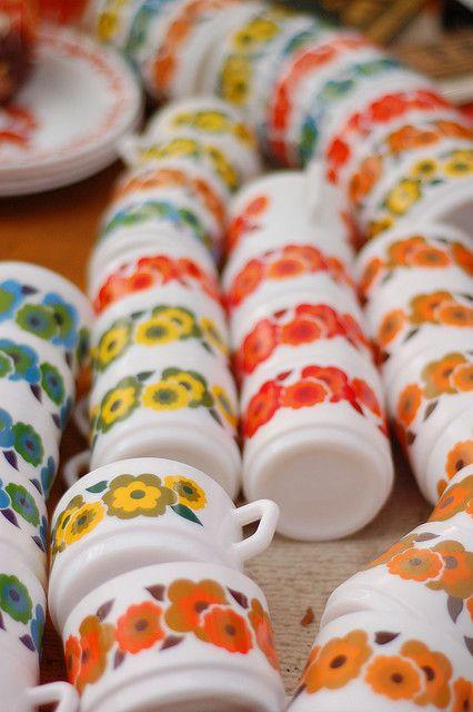 on avait des tasses et des assiettes avec les fleurs orange... Et oui !!!! Mais vous verrez, vous y reviendrez !! ha ha !!