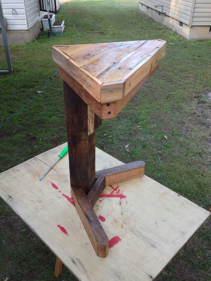 17 best images about my pallet furniture made from for Pallet corner bench