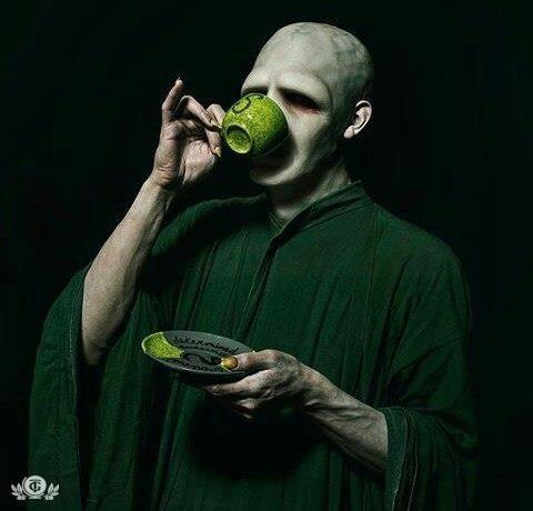 Даже Волан-де-Морт пьёт первого января чай!)