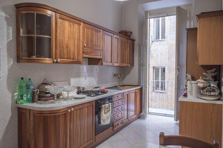 in un signorile palazzo storico di Roma del '900, con spazioso e verde cortile interno e dotato di ascensore, di un appartamento al 3 piano di 5, con metratura di 260 m2 interni composti da: 8 ampie camere, cucina abitabile dotata di terrazzino, 2 comodi bagni. Altezza soffitti 5,50mt. l'immobile si presenta in buone condizioni, luminoso con doppia esposizione sud/ovest.