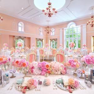 淡く上品なピンクの内装がお姫様気分を盛り上げる、ロマンチックな雰囲気の会場。大きなフランス窓から降り注ぐ柔らかな陽光がふたりのパーティに華を添える|リージェンス・ウェディングマナーハウスの写真(641393)