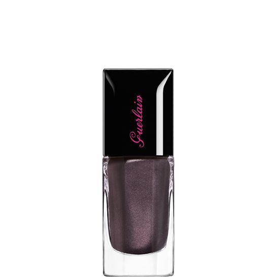 """Party girls are on-trend down to their fingernails. They indulge in this nail enamel at any hour of the day in its star winter shade. This """"black without black"""", recreated with a savvy blend of colours to achieve a particularly dark and deep result, is unparalleled when it comes to revealing the intensity of its pearly particles and its enigmatic violet reflections."""