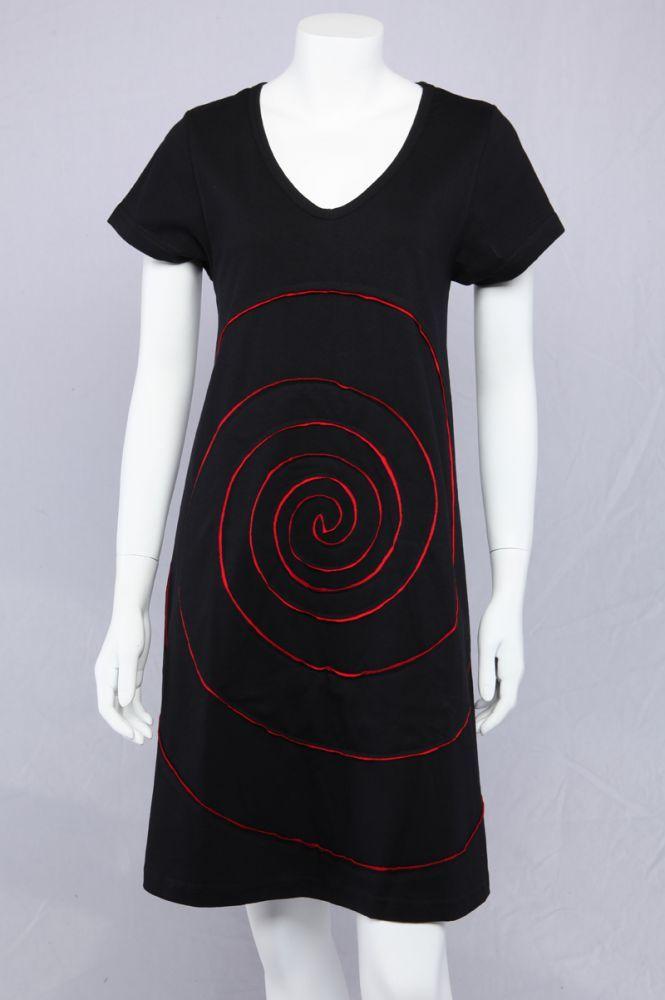 Sort A-kjole med rød spiral.