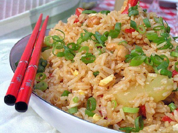 Жаренный рис с ананасом по-тайски | Ингредиенты:  2 1/2 чашки варенного риса, остуженного, 125 гр. куриного мяса, грудка (по-желанию), 8 больших, сырых креветок, очищенных (~150 гр.) (по-желанию), Верхняя часть маленького ананаса (или банка консервированных ананасов в собственнном соку), 1 красный сладкий перец, нарезать на полоски, 3 столовые ложки масла, 1 чайная ложка чеснока, мелко порубить, 2 яйца, 3 столовые ложки соевого соуса, 2 столовые ложки рыбного соуса, Приготовление:...