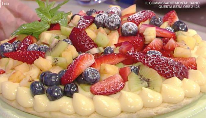 Tra le ricette dolci La prova del cuoco oggi 24 aprile 2017 torta in padella con macedonia di frutta da Natalia Cattellani