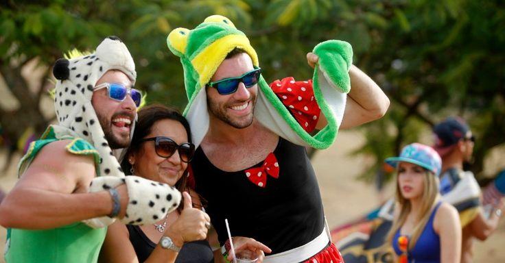 Fantasias, colares havaianos e roupas coloridas foram destaque no figurino do público do Toomorrowland, em Itu