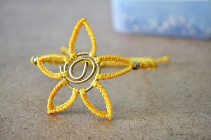 Bracciale fiore con spirale in ottone, fatto a mano di EthnicMacrame su Etsy