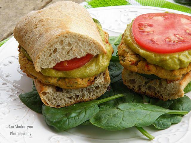 Вкуснотека: Бургер с нахутено кюфте, спанак и дип от авокадо и домат