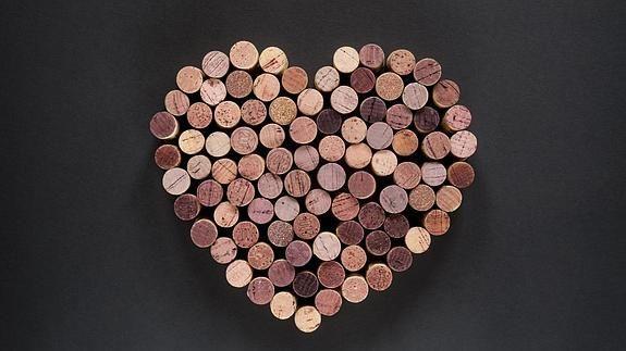 Corchos de vino colocados en forma de corazón.
