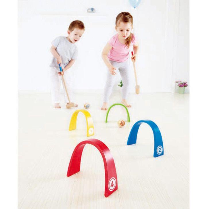 Color Croquet | Installe un labyrinthe d'arceaux colorés. Utilise le maillet pour taper la balle à travers chaque arceau. Comptez le nombre de fois nécessaire pour faire passer la balle à travers chaque arceau.