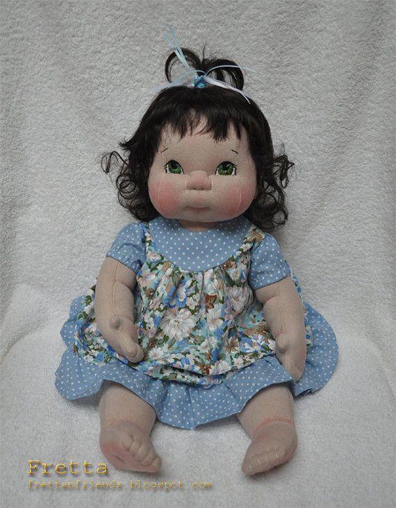 """VENDA!  Em tamanho natural 19 """"de altura Escultura macia Criança-Baby Doll. Cabelo castanho escuro / Olhos Verdes. Toda natural, Criança Segura Têxtil Baby Doll"""