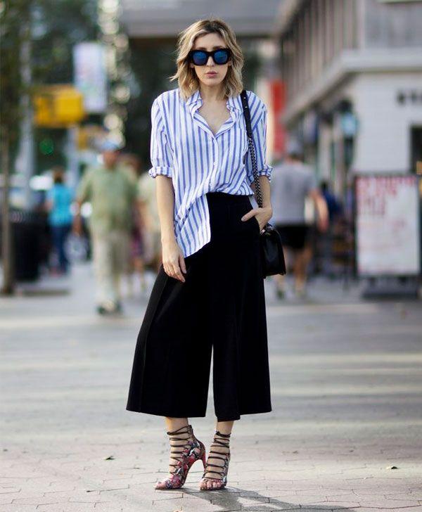 Look calça culotte com camisa listrada e sandália de amarração.
