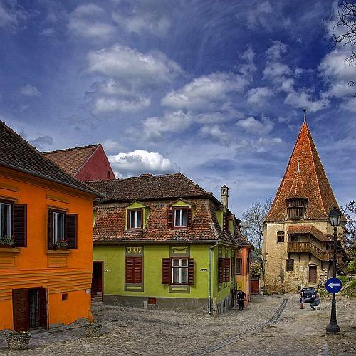 Bine ati venit in Sighisoara, cetatea Muresului, atestata documentar inca din 1280, urbea breselelor de mestesugari si reper cultural de o importanta deosebita pentru Ardeal si pentru Romania.
