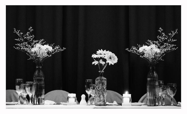 Deco mesa principal con botellas y flores  . #weddingdeco #ambientación #boda #decoboda #dinuccipaisajismoeventos #flores #floraldesign #botella #lisianthus #gerbera #velas