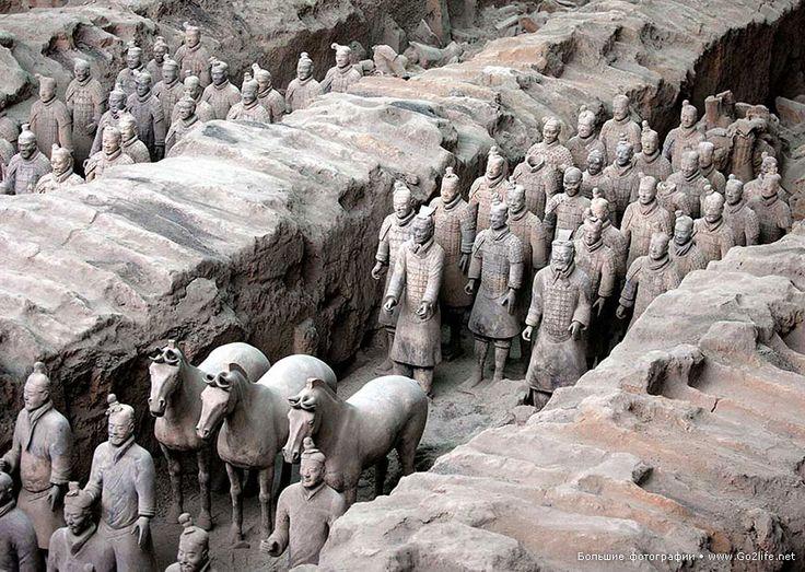 12 археологических фотографий. Исторический факт: в 1974 году в окрестностях города Сиань на севере китайской провинции Шэньси местный крестьянин копал колодец и наткнулся на обломки терракотовых фигур воинов в полном боевом снаряжении. Перед прибывшими исследователями в полном боевом снаряжении предстала Терракотовая армия, охранявшая гробницу легендарного императора Цинь Шихуанди (259-210 гг. до н. э.), объединившего все царства древнего Китая и приказавшего возвести Великую Китайскую…