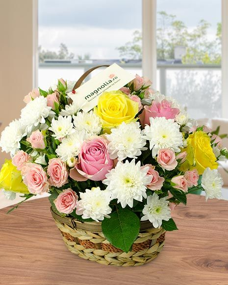 Cos cu trandafiri si crizanteme. Basket flower arrangement with roses and chrysanthemums