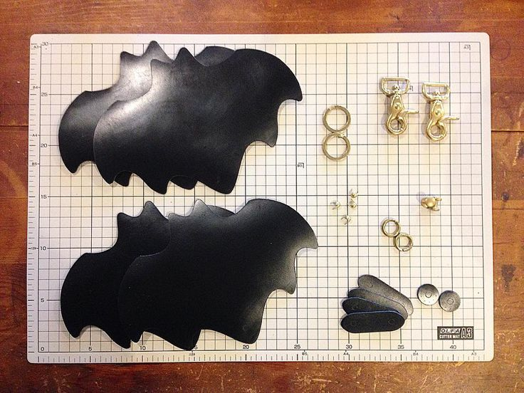 """54 Likes, 1 Comments - @comes_workshop on Instagram: """"bat keycase making 久しぶりに作ってます。 2個分の材料です。 #comesworkshop #leather #leathercraft #leatherwork…"""""""