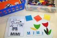 Un exemple de coin parmi la vingtaine proposés dans la classe : le coin lettres magnétiques et photocopies.