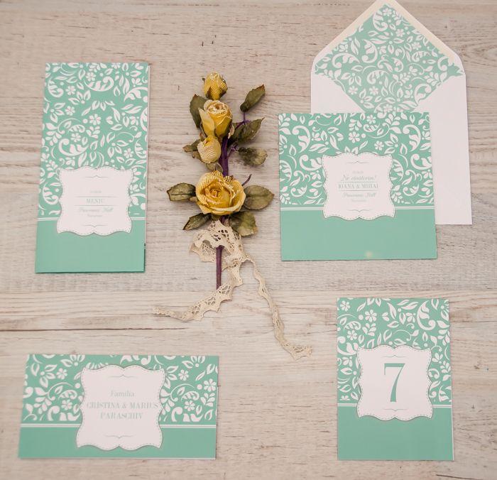 Elegant și fermecător încă de la prima vedere, colorat în nuanțe pastelate, pachetul Amore -Mentă va adăuga un strop de romantism și personalitate evenimentului tău. Pachetul pentru căsătorie este conceput pentru 10 persoane și cuprinde: *5 invitații cu plic *5 carduri *un meniu *un număr pentru masă. http://www.decomag.ro/pachet-casatorie-amore-menta.html