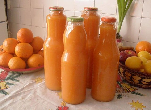 Igazi vitaminbomba, hozzáadott cukor nélkül! Hozzávalók:50 dkg sárgarépa50 dkg alma1 grapefruit1 narancs1 banán1 citrom leveElkészítés:Az...