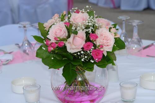 Κωδ.30 Στολισμός δεξίωσης γάμου με ροζ τριαντάφυλλα, φούξια μινιόν και γυψοφυλλη σε στρογγυλά βάζα