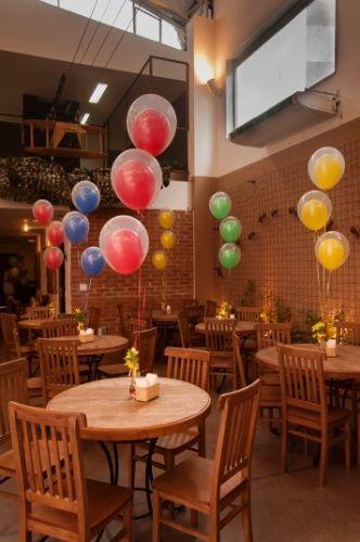 Os balões de gás hélio, da Cris Balões Decorações (www.crisbaloesdecoracoes.com.br), levavam a cor da mesa da aniversariante para todos os convidados da festa