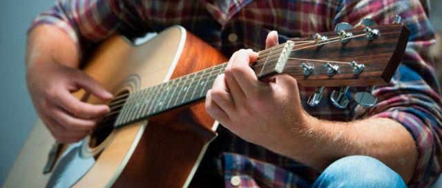 Для начала, гитаристы обладают необычной способностью в буквальном смысле синхронизировать свои мозговые волны во время игры. В 2012 году ученые провели исследование, просканировав мозг 12-ти пар гитаристов, играющих один и тот же кусок музыки. В процессе было обнаружено, что нейронные сети гитаристов, играющих вместе, синхронизировались не только в процессе исполнения, но и перед началом игры. Так что, в основном, гитаристы могут читать мысли друг друга даже лучше, чем читать музыку.
