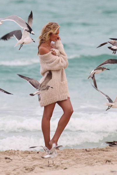 Metti una pin up moderna su una spiaggia, falle indossare un maglione (e poco altro) e all'improvviso ti trovi catapultato nel 1962 quando sulla spiaggia di