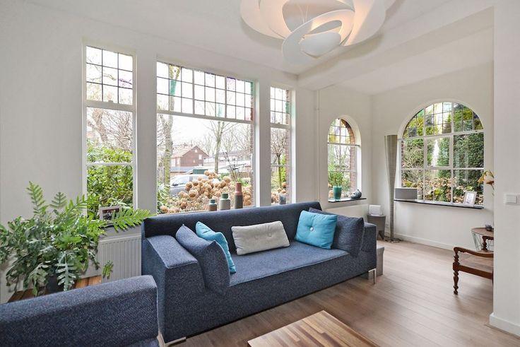 Jaren30woningen.nl | #jaren30 ramen en kozijnen maken deze zithoek heerlijk licht