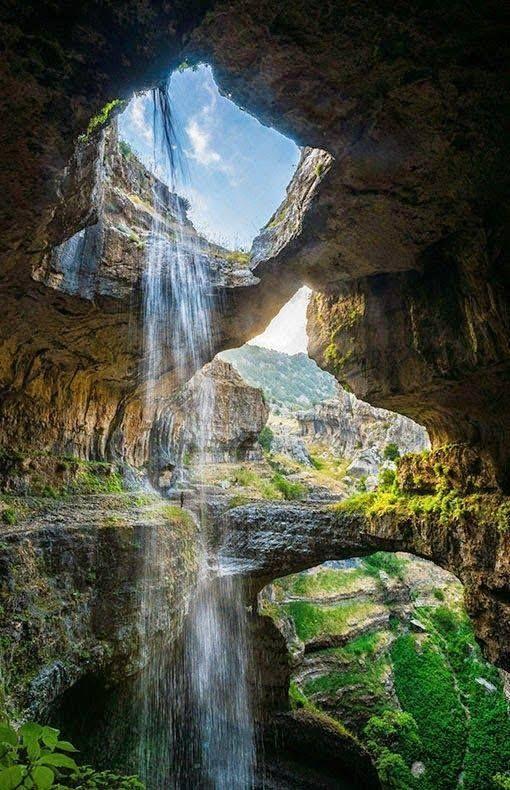 Baatara szurdok vízesés, Libanon  A nyugati világ számára 1952 óta ismert. Az egyik leglenyűgözőbb természeti képződmény a mészkő szurdokba 255 méter magasból aláhulló vízesés. Külön érdekessége a három kőhíd, melyet a természet alkotott.